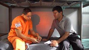 Escena de la películaLos infiltradosdonde aparece el inmigrante argentino Claudio Rojas. EFE