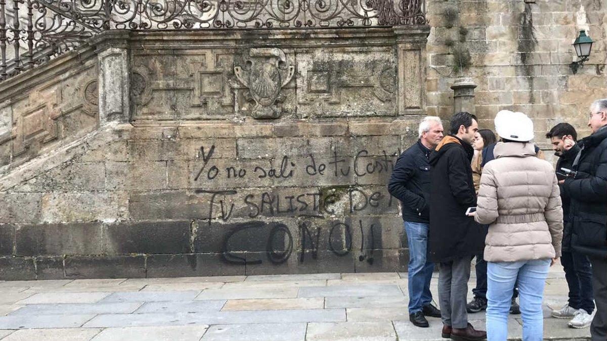 Pintada aparecida este martes en la Catedral de Santiago
