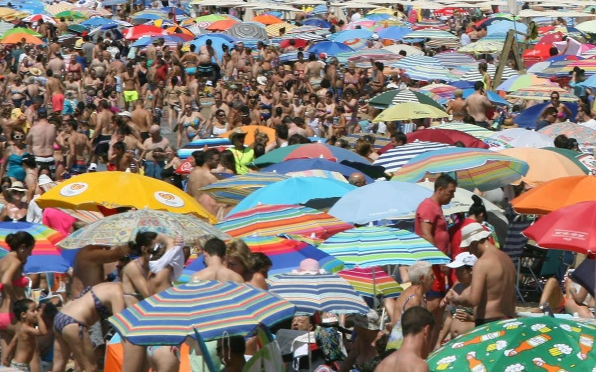 La playa de Levante de Salou repleta de turistas, en una imagen de archivo.