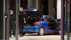 La policía inspecciona el vehículo en la sede del SPD en Berlín.