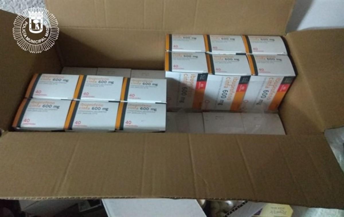 Una de las cajas con los medicamentos incautados.