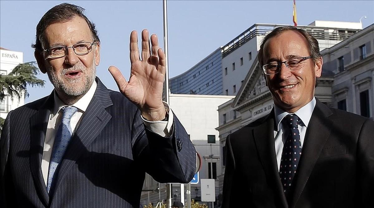 El presidente del Gobierno en funciones, Mariano Rajoy, y el candidato a lehendakari del PP, Alfonso Alonso, este miércoles en Madrid.