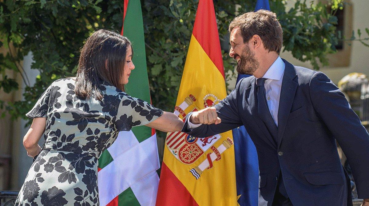 El presidente del PP, Pablo Casado, y la de Ciudadanos, Inés Arrimadas, se saludan antes de comenzar el acto central de campaña de la coalición PP+Cs en Gernika, este domingo.
