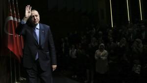 El presidente turco, Recep Tayyip Erdogan saluda a sus seguidores durante un evento en Ankara el 8 de mayo del 2018.