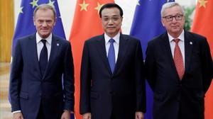 El primer ministro chino,Li Keqiang, posa junto al presidente de la Comisión Europea,Jean-Claude Juncker (derecha), y el presidente del Consejo Europeo,Donald Tusk, durante la cumbre UE-China del 2016.