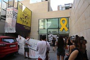 Protesta de activistas de la Crida LGTBI, en la sede de ERC en Barcelona, este viernes.