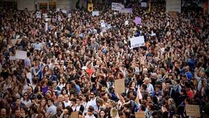 Protesta en la plaza Sant Jaume por la sentencia de 'La Manada'