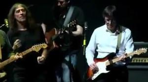 Puigdemont toca la guitarra amb Sopa de Cabra en directe