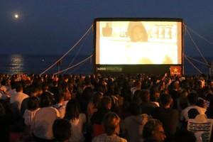 Sesión de cine en la playa, el año pasado.