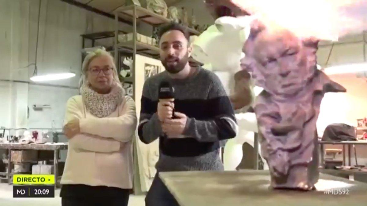 Rafa Rodrigo, reportero de 'Madrid Directo', mostrando el proceso de fabricación de las estatuillas de los Premios Goya.