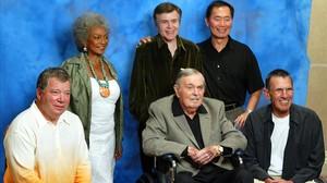 El reparto de la serie original de Star Trek: William Shatner, Nichelle Nichols, Walter Koenig, George Takei, Leonard Nimoy yJames Doohan (en la silla de ruedas), en agosto pasado.