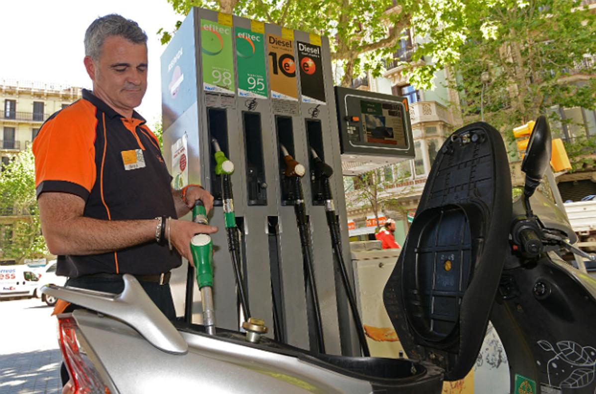 Repostajede una motocicleta en una gasolinera de Barcelona.