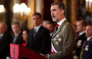 El Rey, durante su discurso de la Pascua Militar del año pasado, y al fondo, Sánchez.