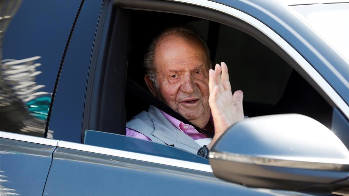 El rey emérito Juan Carlos I, a la salida de la Quirón de Madrid, el 31 de agosto del año pasado.