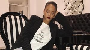 Rihanna pone de moda una camiseta de Dior como lema feminista.
