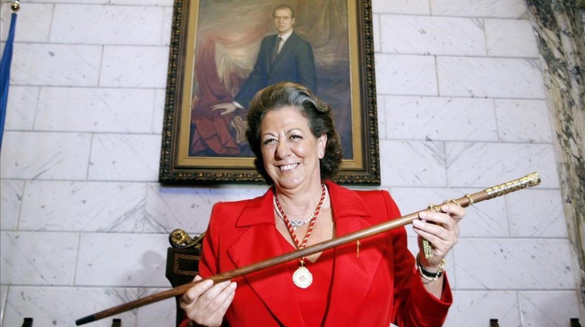 Mostrando orgullosa el bastón de mando, tras ser investida alcaldesa, junio del 2007.