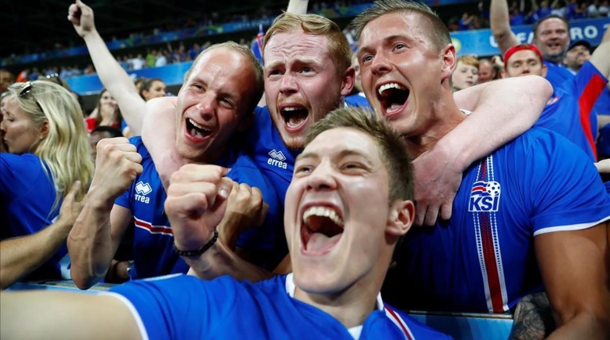 Cuatro hinchas islandeses celebran con un selfila heroica victoria de su selección ante Inglaterra.