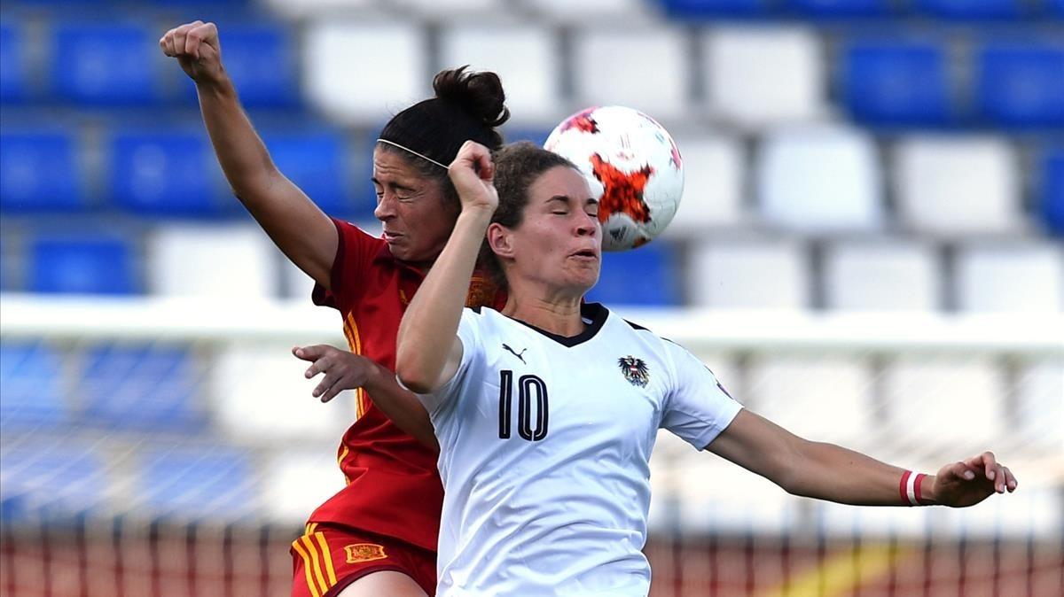 Torrejón y Burger pugnan por un balón en el partido disputado este domingo.