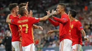 Los jugadores de la selección española celebran su segundo gol en Wembley.