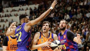 Guillem Vives, del Valencia, defendido por Higgins y Mirotic.