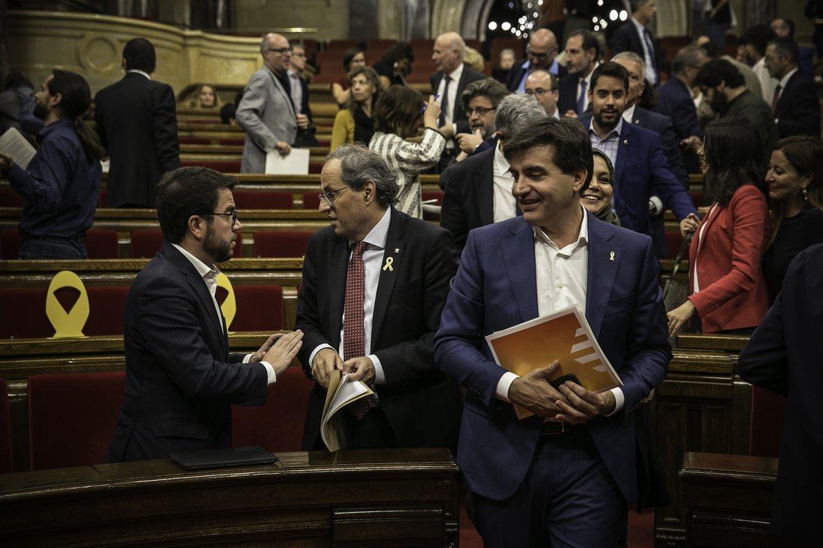 Sabrià pasa junto a Torra y Aragonès, en el Parlament.
