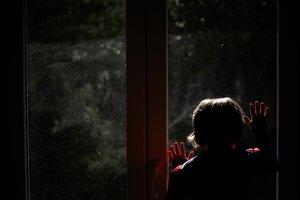 GRAF8766 PONTEDEUME 18/03/2020.- Un niño mira a la calle desde su casa mientras permanece confinado en la vivienda a causa de las medidas tomadas por el Gobierno para frenar al coronavirus, este miércoles en A Coruña. EFE/Cabalar