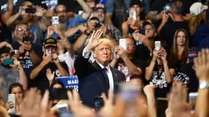 Simpatizantes de Trump le jalean a su llegada a un mitin en Pensilvania.