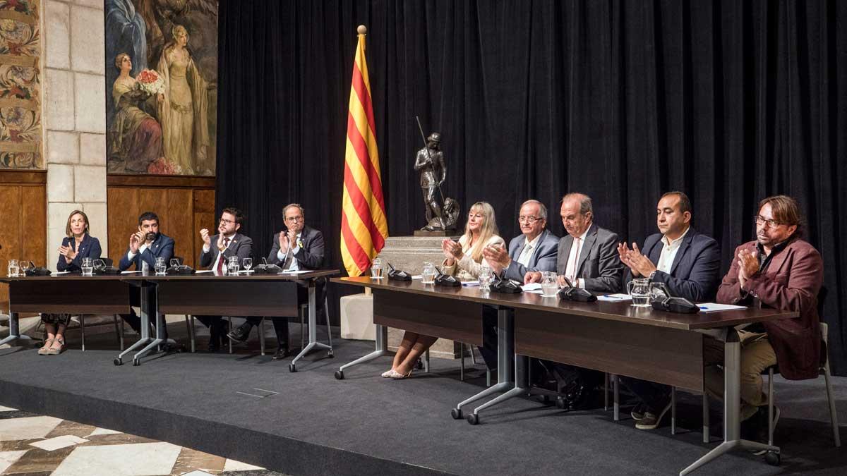 Los representantes de los sindicatos con mayor representación y de las patronales firman el quinto AIC ante el president Quim Torra, que ha celebrado el acuerdo.
