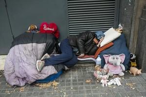 Un sintecho pernocta en el paseo de Sant Joan de Barcelona.