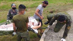 Soldados transportan a un herido en el atentado en la población filipina de Jolo, este lunes.