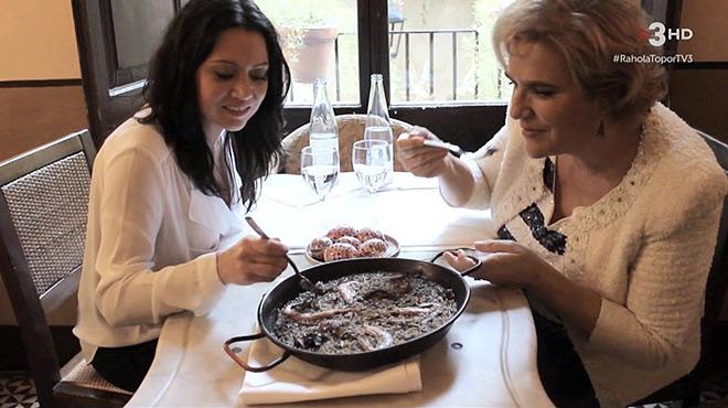 Pilar Rahola y Marcela Topor, ante una paella, en Girona (Fora de sèrie, de TV-3).