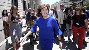 Soraya Sáenzde Santamaríafrente al Congreso de los Diputados.
