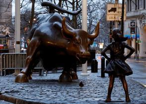 La niña sin miedo, de Kristen Visbal, la nueva compañera valiente del famoso toro de Wall Street de Nueva York.