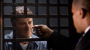Gerard Butler y Jamie Foxx, de espaldas, en una escena de la película Un ciudadano ejemplar.