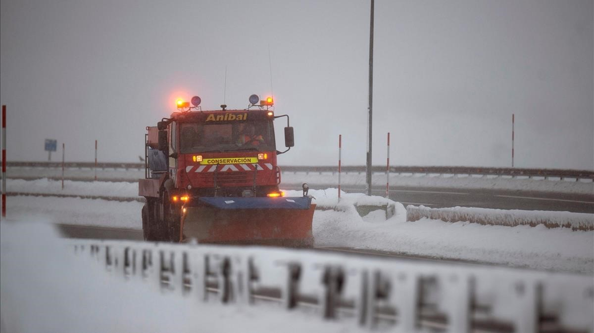 Nieve en Madrid y en el norte.Una quitanieves limpia la A-67 a la altura de la localidad cantabra de Reinosa, cuya comunidad, Cantabria, se encuentra en alerta amarilla por nieve después de haber estado en los ultimos días en alerta roja.