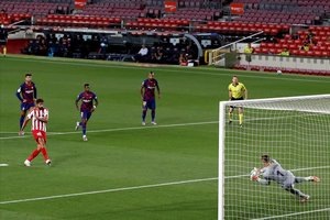 Ter Stegen detiene el penalti lanzado por Diego Costa, que el árbitro hizo repetir