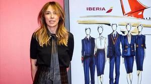 La diseñadora Teresa Helbigpresenta los bocetos de los uniformes que ha diseñado para los 6 500 empleados de Iberia.