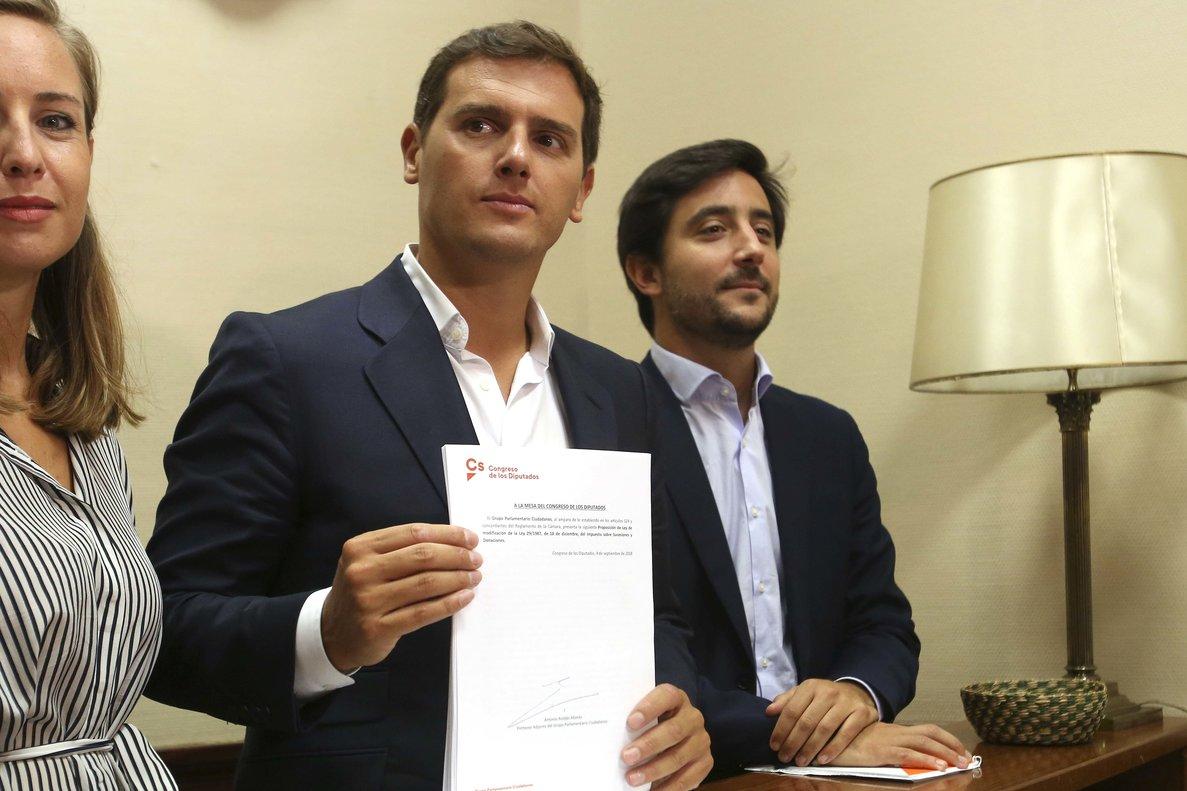 Toni Roldán, a la derecha de Albert Rivera.