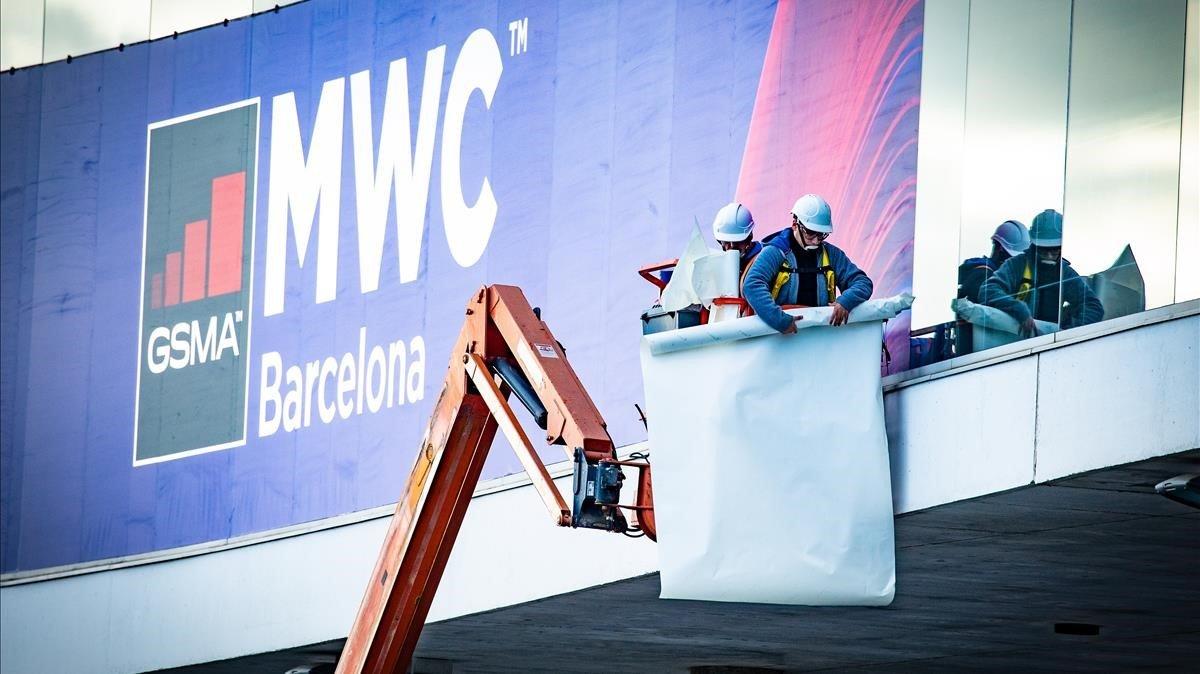 Trabajadores, durante el montaje del MWC Mobile World Congress en la Fira de Gran Via de Barcelona, el pasado día 7.
