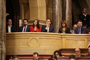 Los líderes de Ciudadanos, Inés Arrimadas (3i) y Albert Rivera (4i) yla diputada de JxCat en el CongresoLaura Borrás (5i) asisten como invitados al debate de la moción de censura de Cscontra el presidente de la Generalitat, Quim Torra.