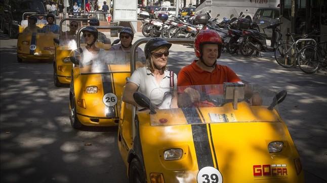 Turistas en ruta organizada por el centro de Barcelona.
