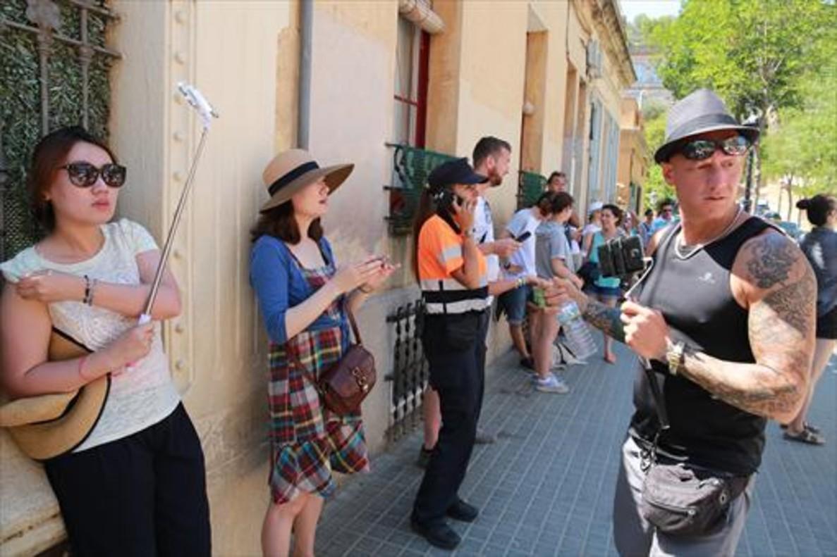 Turistas asiáticas en el parque Güell, en agosto.