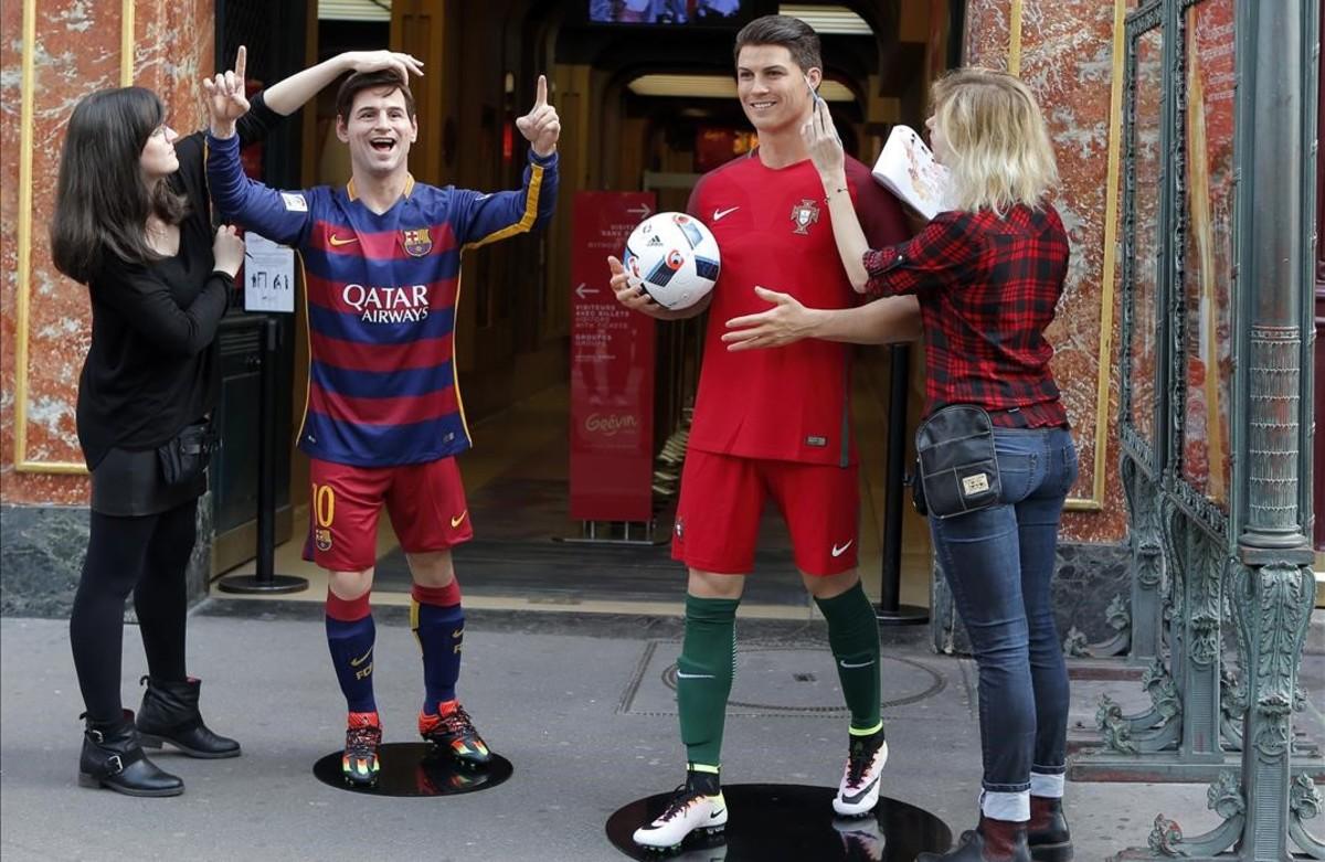 Últimos toques a las figuras de cera de Messi yCristiano Ronaldo durante la presentación del Museo Grévin en París, Francia.