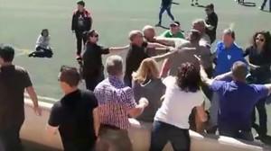 Una imagen del vídeo que recoge la pelea entre los padres de los infantiles.