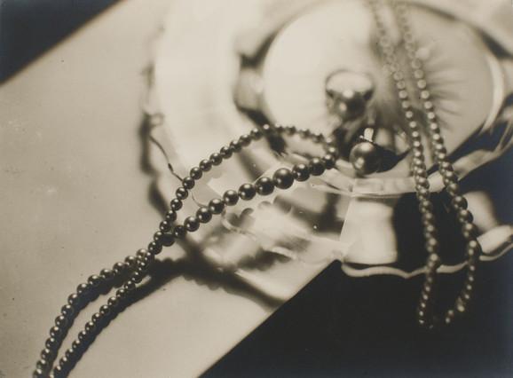 Una de las fotografías del portal Fotografía a Catalunya. (MNAC. Josep Sala. Fotografía publicitaria para Joieria Roca,1930-1939)