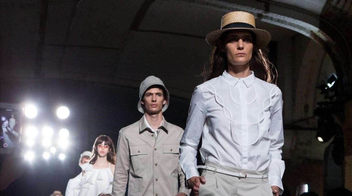 Varios modelos lucen diseños de Antonio Miró, en la tercera jornada de la pasarela 080 Barcelona Fashion.