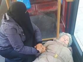 Una mujer musulmana enel autobús de Londres cuida a una anciana que había quedado atrapada entre la puerta y una barra de hierro.