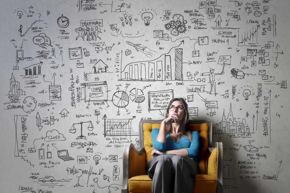 Una mujer sentada en un sofá pensando.