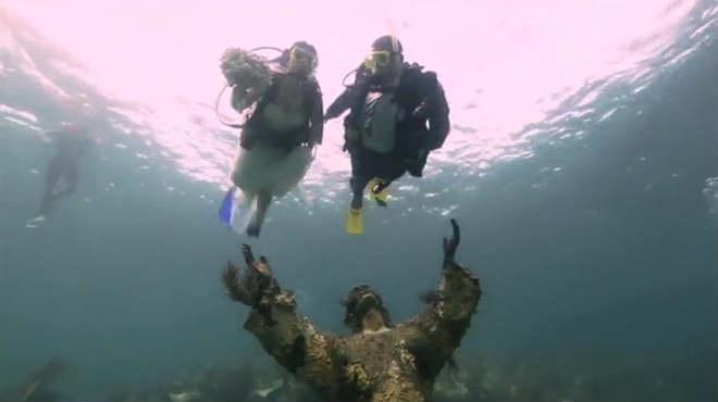 Una pareja de Estados Unidos celebra una boda bajo el agua.