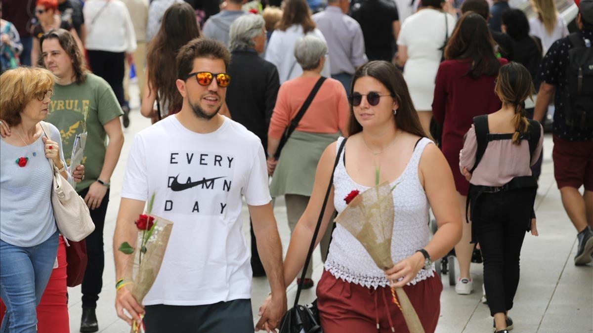 Una pareja de enamorados paseando por el centro de Barcelona.